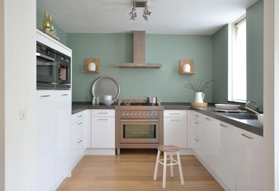cucina bianca scandinava con parete verde