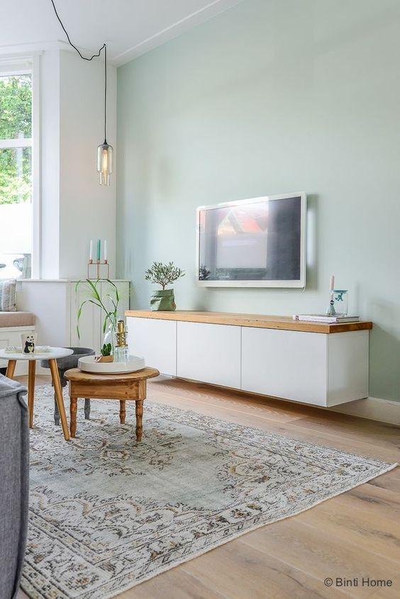 secondo esempio salotto scandinavo con parete verde